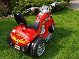 elektromos gyermek kis motor chopper fűben piros hátul.jpg